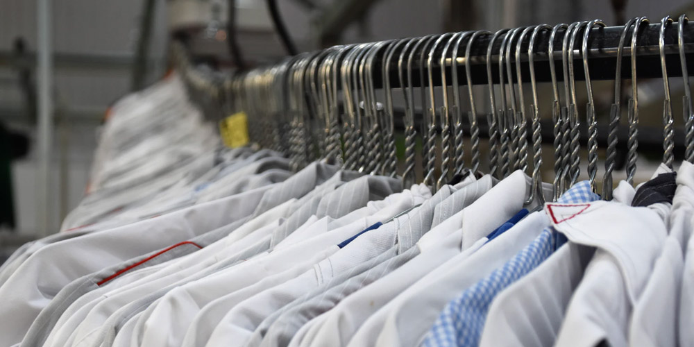 What are the benefits of outsourcing in logistics and fashion stock?
